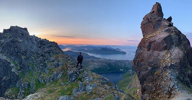 Per njuter av den fantastiska naturen i Lofoten under semestern tillsammans med sin kompanjon John.  Vi är mycket avundsjuka på utsikten! 🌄😍 Stephan & Jonas håller ställningen på kliniken, så välkomna in!  #lofoten #semester #utsikt #avkoppling