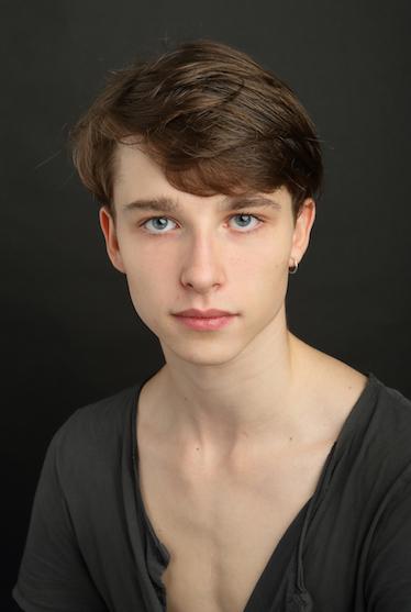SEVERIN BRUNHUBER   Geboren in Rumänien  Ausgebildet an der Ballett-Akademie der Hochschule für Musik und Theater München   Volontär seit September 2018