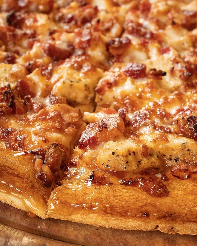 Calling all #bacon lovers! Tag a friend you'd share this pizza with 🤗