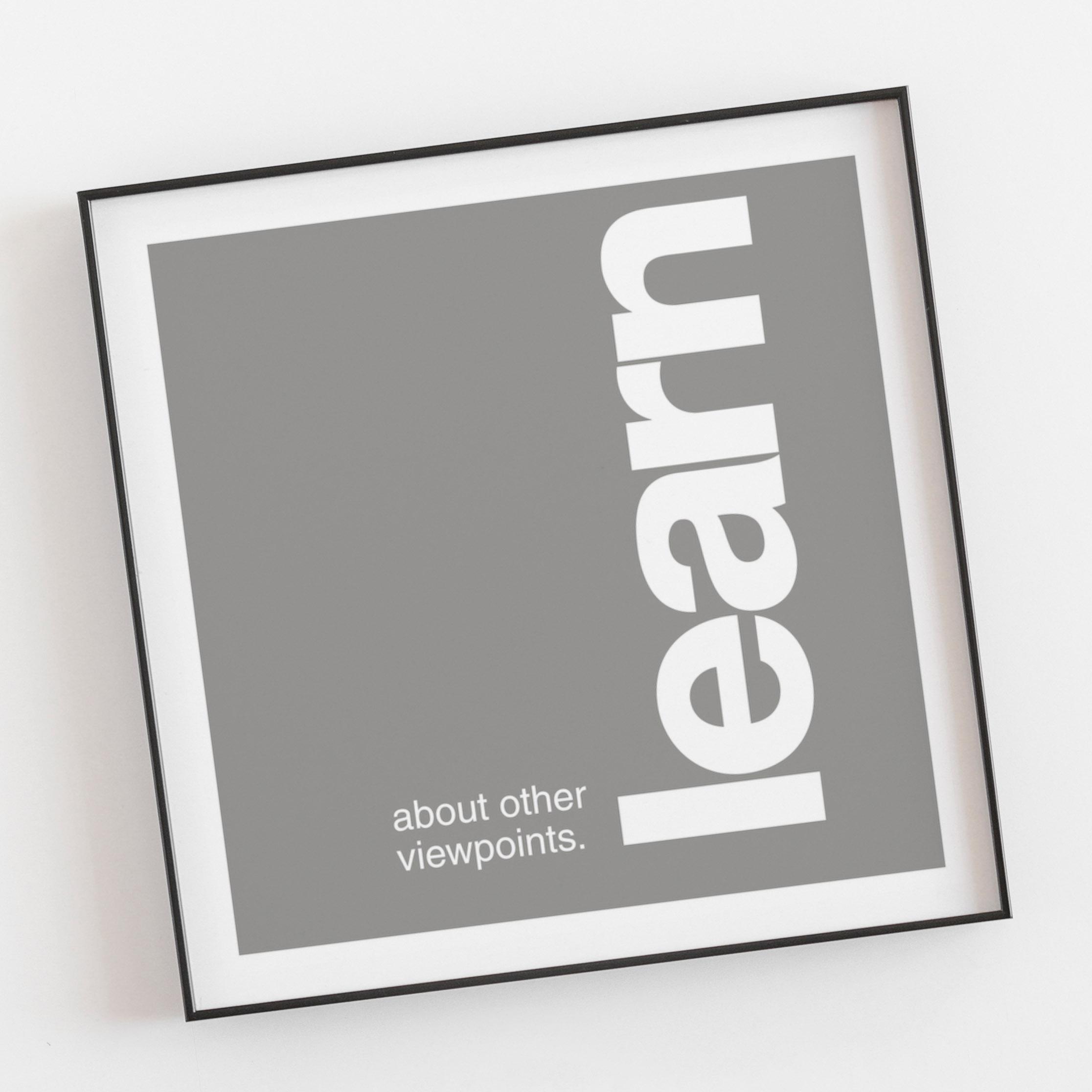 Opsat i Helvetica, spatieret i hånden, opsat helt simpelt og kontrastfyldt - med en hvid tidløs kant.