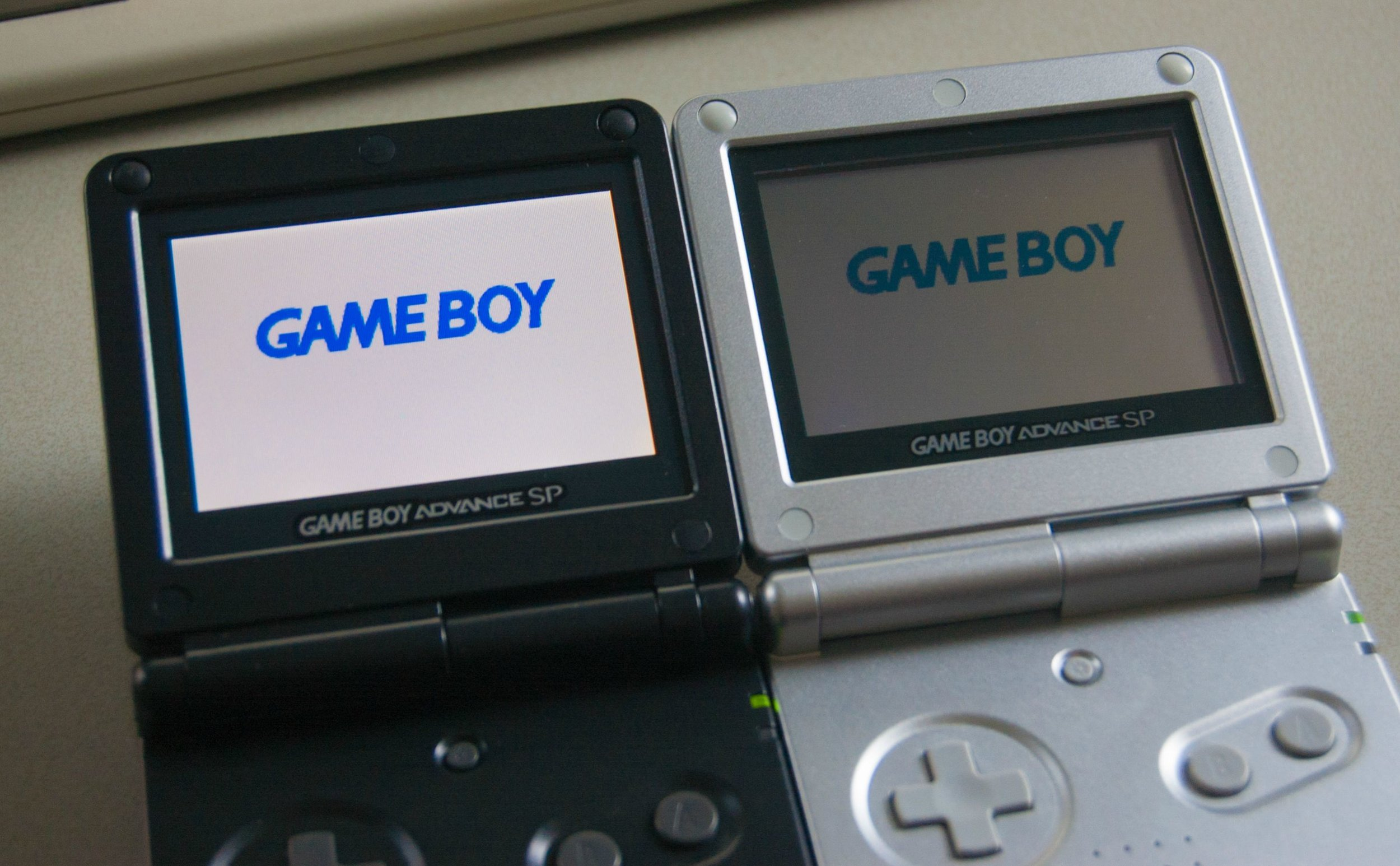 The AGS-101 GBA SP model (Left) sports a back-lit LCD that greatly improves contrast over the original AGS-001 (Right). (Source: imgur user    dada78641   )
