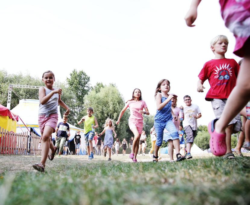 Ferienzirkuscamp im Jugendpark Köln - Einwöchige Ferienfreizeit im Sommer für Kinder aus sozial schwachen Familien. Die Kinder trainieren unter Anleitung von erfahrenen Zirkuspädagogen und haben die Möglichkeit sich als Zauberer, Clown oder Akrobat zu probieren. In dieser Woche lernen die Kinder nicht nur, wie man das Publikum begeistert, sondern auch wie man als Team zusammenarbeitet und was man als starke Gruppe erreichen kann. In einer Abschluss Veranstaltung können die jungen Artisten einem Publikum ihr erlerntes präsentieren. Die kleinen Artisten gehen mit einem gestärkten Selbstbewusstsein nach der Woche wieder nach Hause.