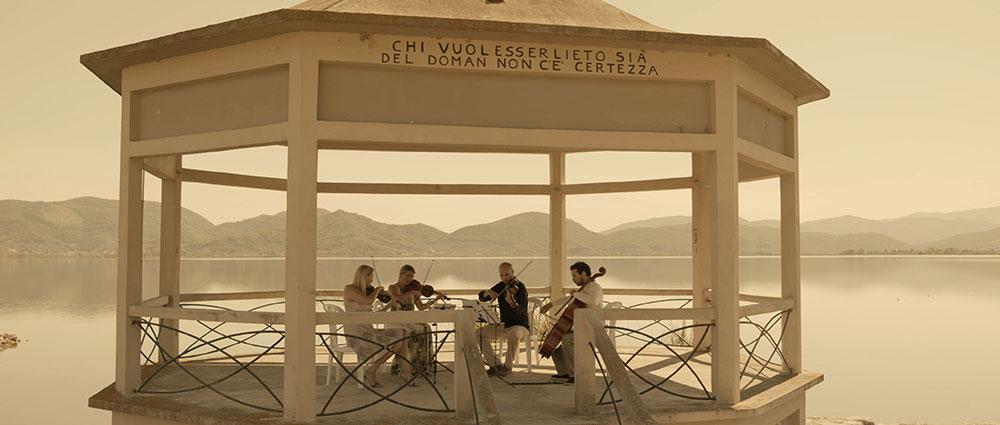 Tijdens de opnames van Roadtrip La Bohème; in het Italiaanse plaatsje Torre del Lago, waar Giacomo Puccini een groot deel van zijn leven heeft gewoond.