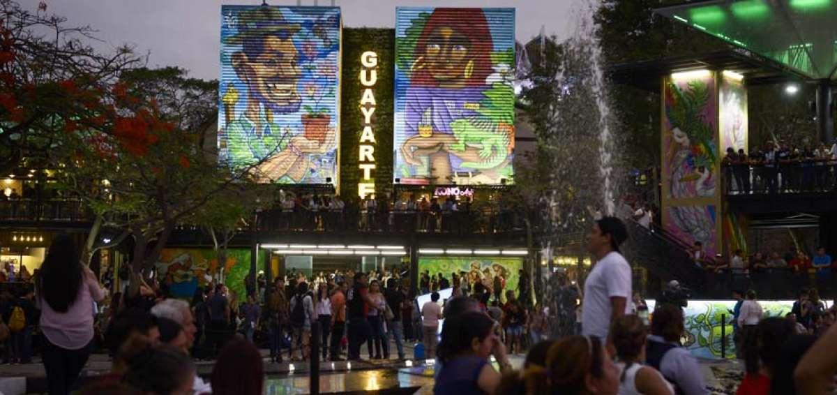 An evening in Guayarte Plaza. Photo Credit:  Lylibeth Coloma / El Telégrafo