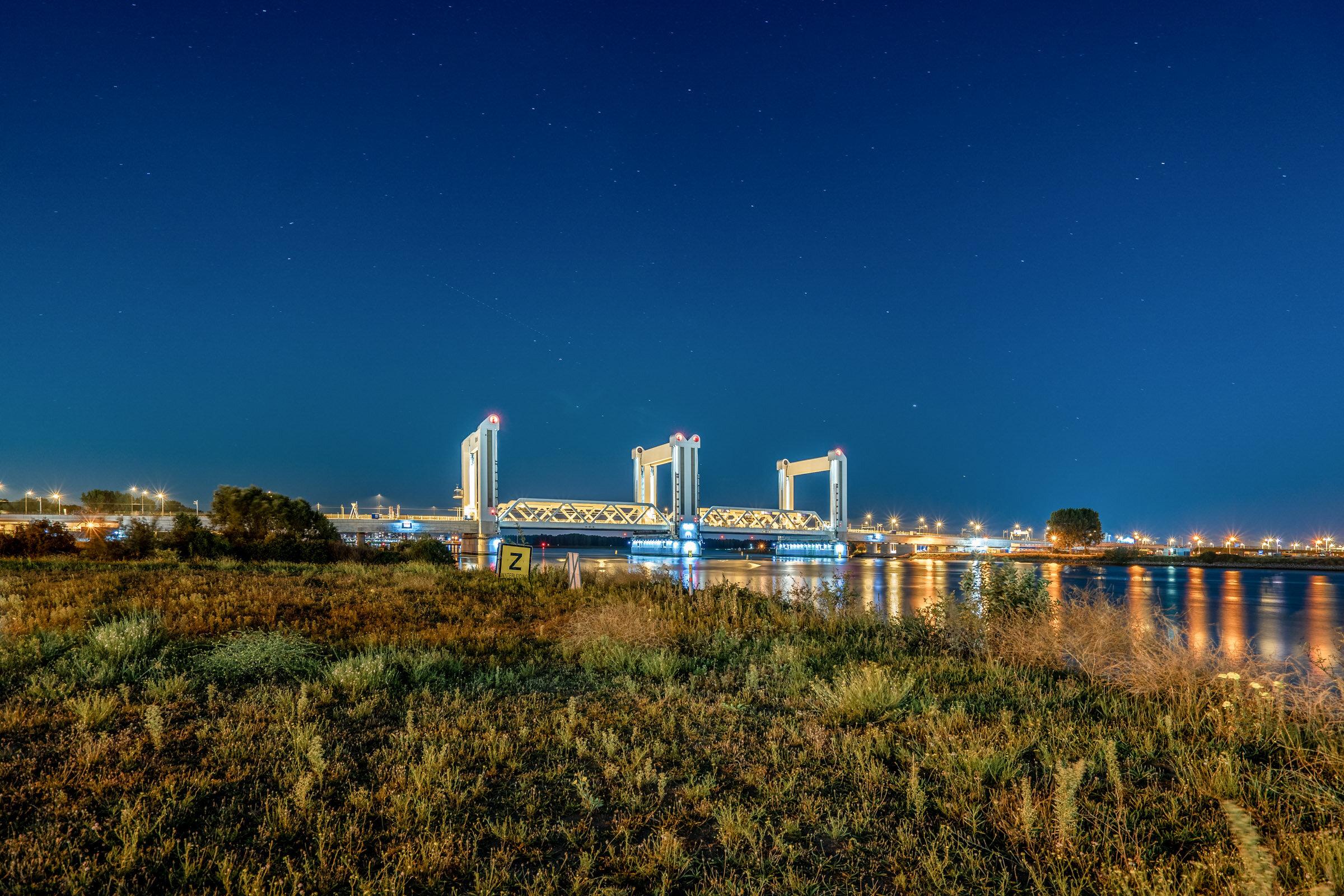 De Botlekbrug in Rotterdam bij nacht
