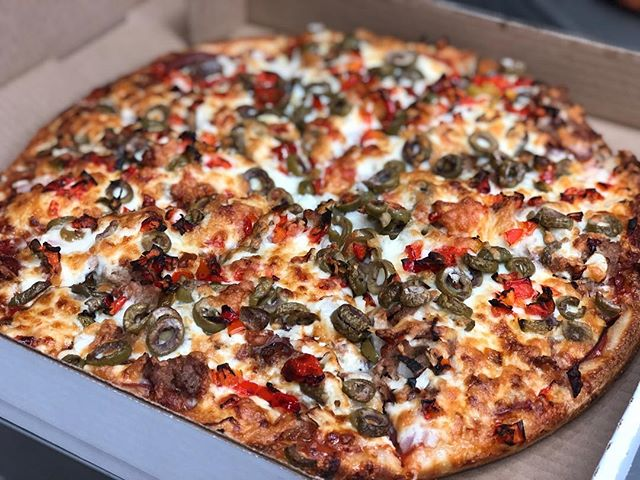 The Italian ❤️💚❤️ this large bad boy has Italian sausage, salami, ham, white onions, red peppers, and green olives! Can't go wrong with a classic 🧀🌶🤷🏼♀️🍕🥓🍅 #willowspizza #yum #fresh #food #local #supportlocal #yyj #pizza #veggies #likeforlikes
