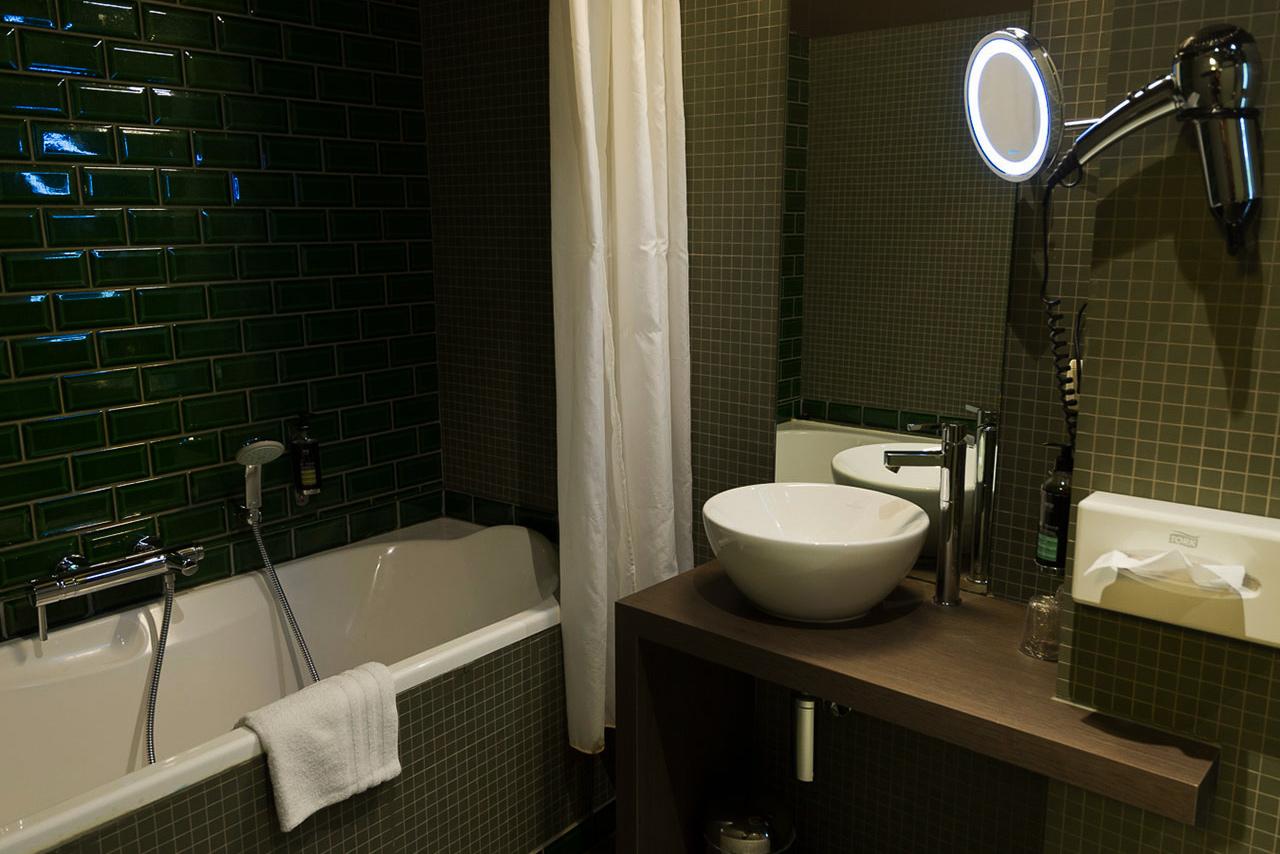 domaine-de-ronchinne-hebergements-chateau-et-ecuries-chambre-salle-de-bain-01.jpg