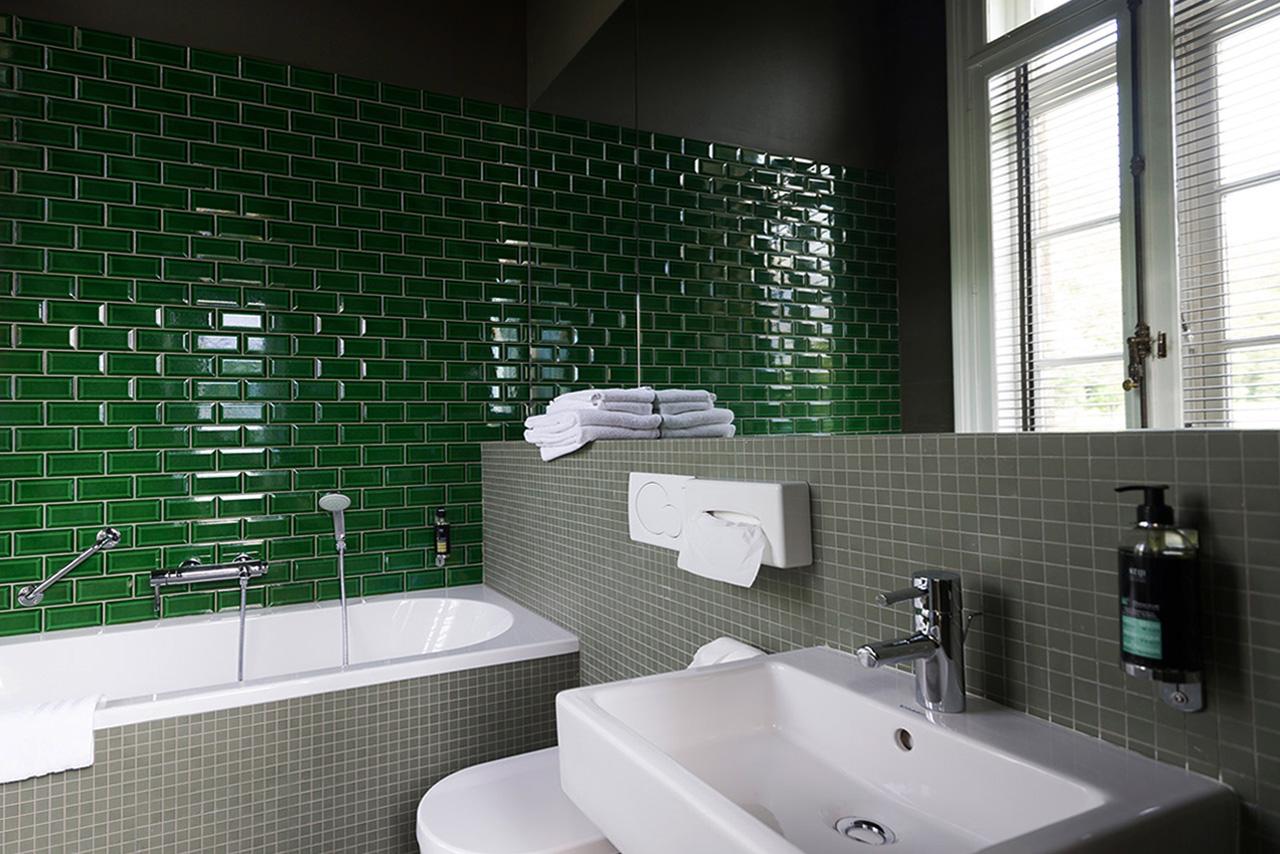 domaine-de-ronchinne-hebergements-chateau-et-ecuries-chambre-salle-de-bain-03.jpg