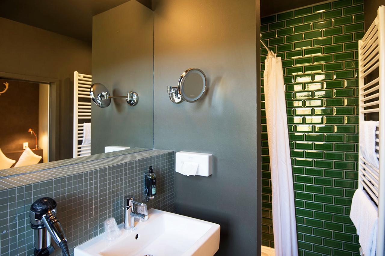 domaine-de-ronchinne-hebergements-chateau-et-ecuries-chambre-salle-de-bain-02.jpg