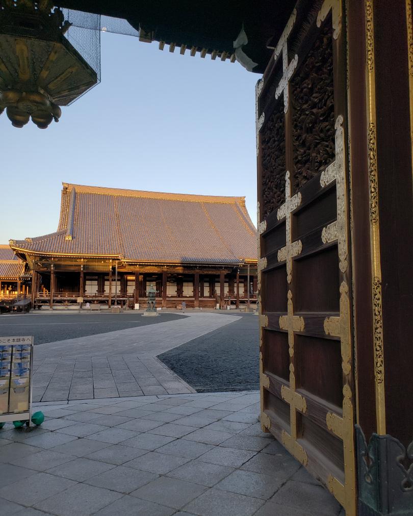 The gates to Nishi Honganji.