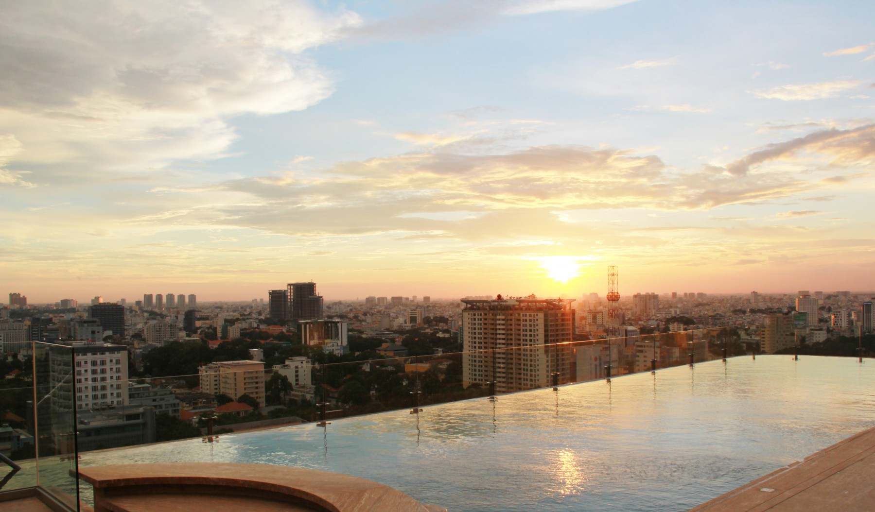 Hotel des Arts Saigon, Rooftop Pool Bar