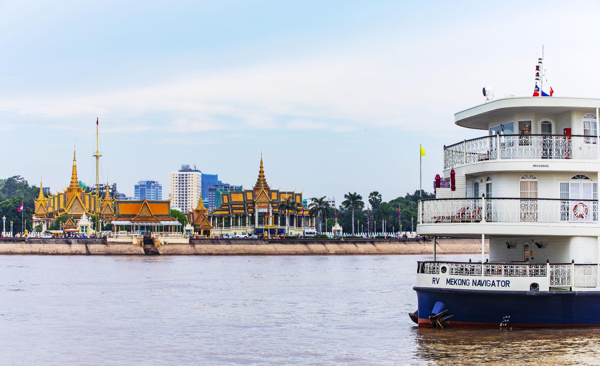 8.-Ship-approaching-Phnom-Penh_small.jpg