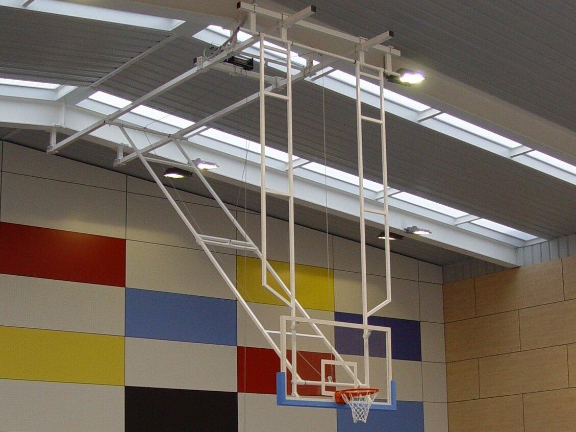 Canastas colgantes de celosía, configurable según características de la instalación, distancia entre pilares y altura del pabellón. Los perfiles que sujetan la canasta a la cercha son de 80*80*3 y los que conforman la estructura de celosía de 40*40*2.  *Se pueden configurar con tableros de fibra y metacrilato en diferentes espesores. De igual manera los aros pueden ser fijos o basculantes.  Pueden llevar adaptador basket / mini basket.  Protección de espuma no incluida.