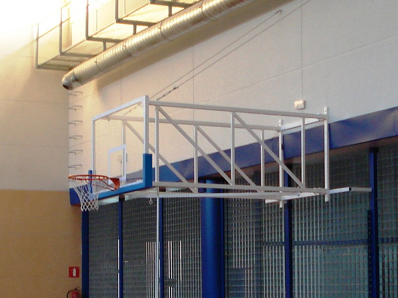 Celosía formada con tubo de 50*30*2. La diagonal del telescópico está configurada con tubo de 40*40*2 y 35*35*1.5 fijándose con un posicionador en su parte central para que el movimiento de la canasta cuando abate sea el más cómodo posible.  *Se pueden configurar con tableros de fibra y metacrilato en diferentes espesores. De igual manera los aros pueden ser fijos o basculantes.  Pueden llevar adaptador basket / mini basket.  Protección de espuma no incluida.