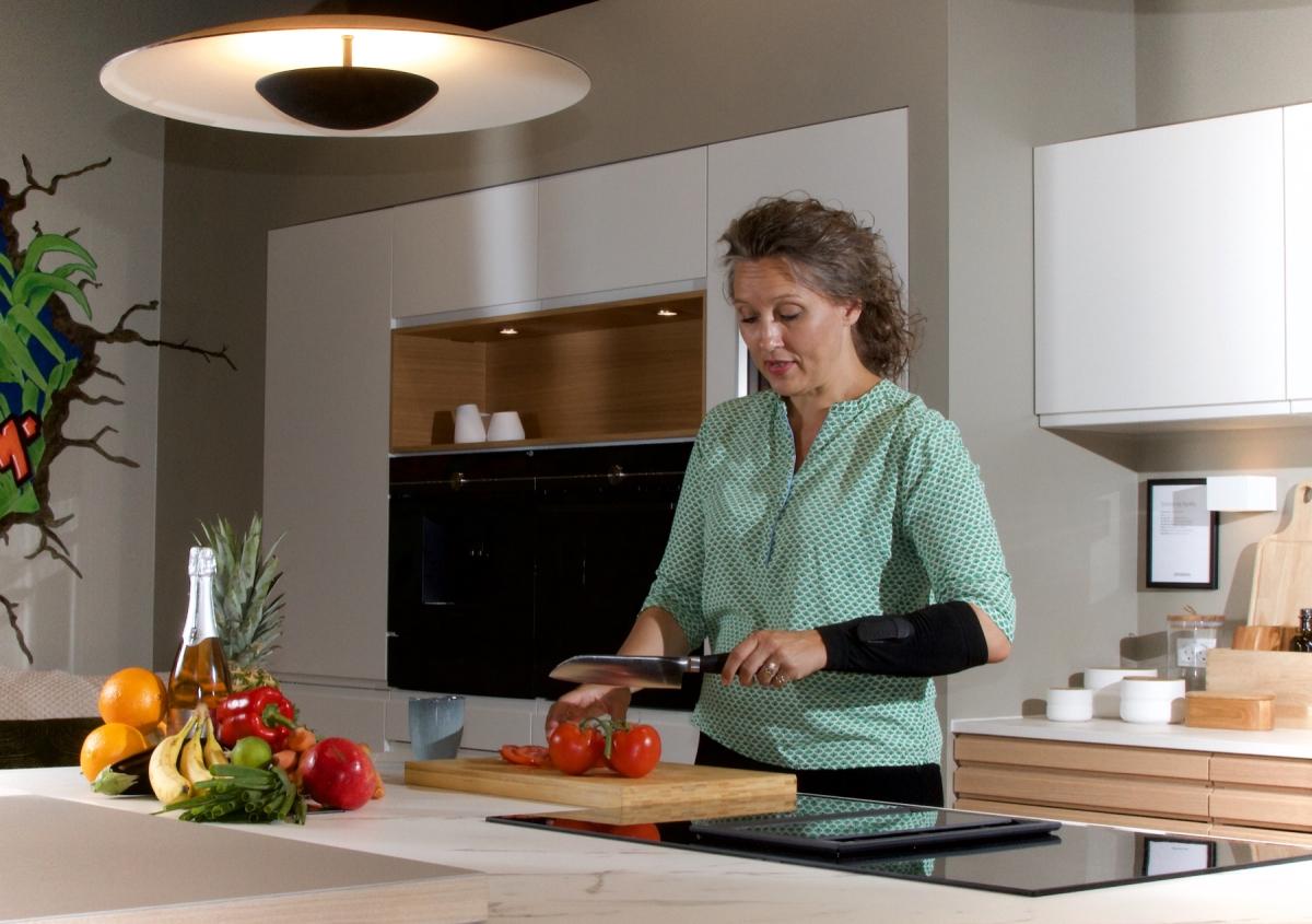 Optimized-MLI Elbow - i køkkenet.jpg