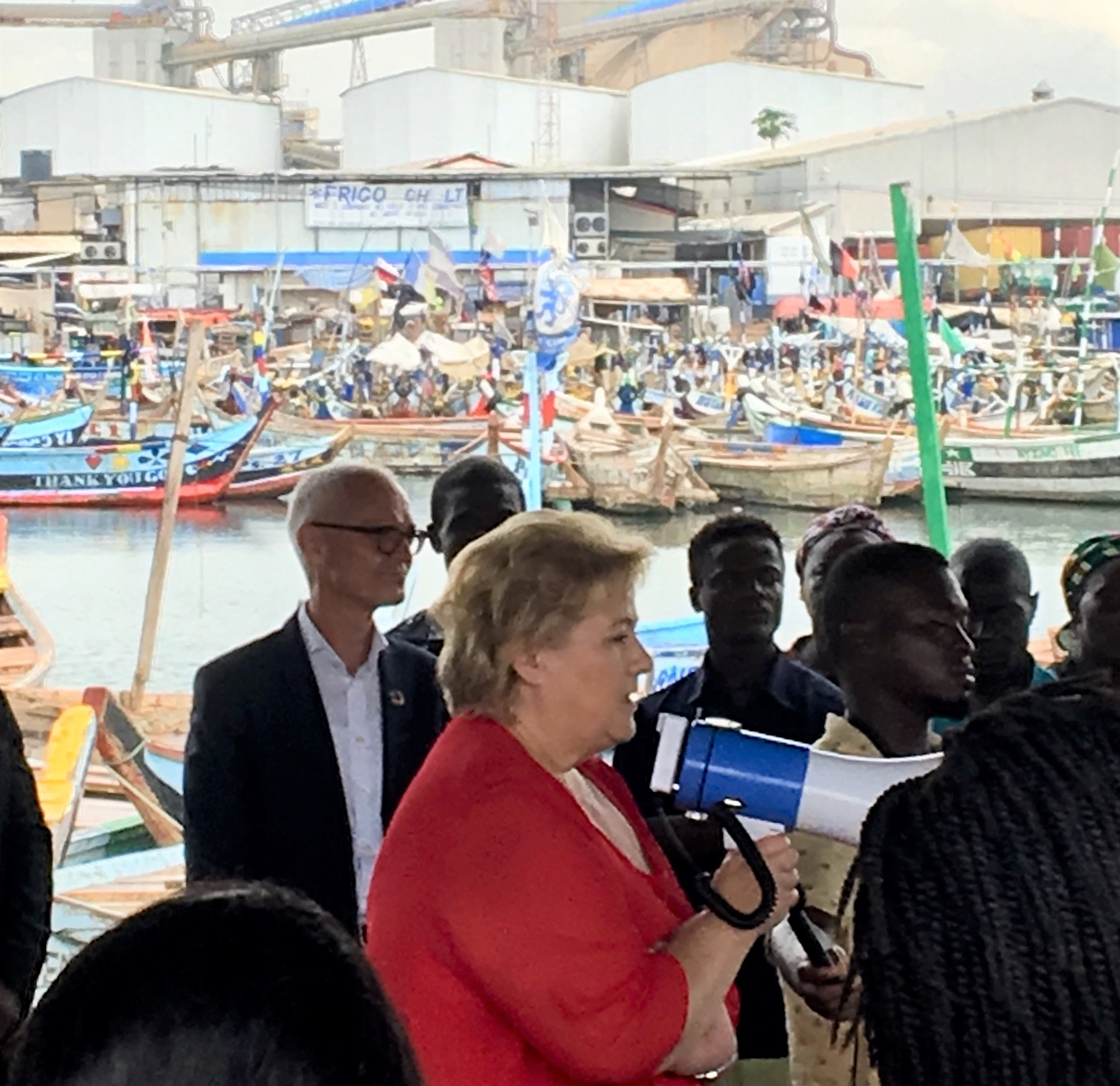 PM Solberg talks about fishing and sustainable livelihood at a fishmarket in Tema.