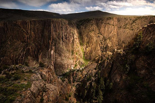 It's taken two million years for the Gunnison River to carve through 2,700 feet of #Colorado crust. #BlackCanyon has a #river gradient equal to the fifth steepest #mountain descent in the #world! 😮😮😮