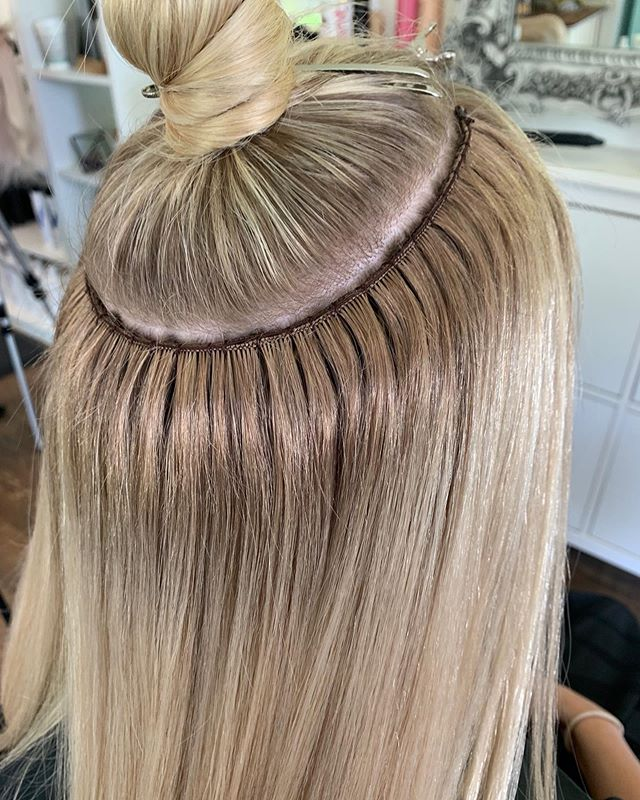 Are your extensions this flat? Can you wear them up? Are they custom colored? . . . The attention to detail is what makes me geek out about these extensions. We put so much effort into making sure they are perfectly blended at the root so that if your hair ever splits the Wefts are still undetected. Wear them up or down with no worries! . . Wefts custom colored by @wendy_sanford_styling . Install by @traci_morby_styling . . Can your extensions do that? If not, we need to talk! Fill out the link in my bio to see if you're a candidate for @naturalbeadedrowsextensions 👆🏼 . . . . . #handtiedwefts #handtiedextensions #longhair #bohyme #hairextensionspecialist #brunette #behindthechair #modernsalon #hairstylist #naturalbeadedrows #blonde #hairstyles #nbr #nbrextensions #americansalon #haircolor #babylights #blondehair #beforeandafter #handtied #hairextensions #hairgoals #extensions #redken #kansascitynbr #nbrtribe #beadedrows #hair #balayage #extensionspecialist