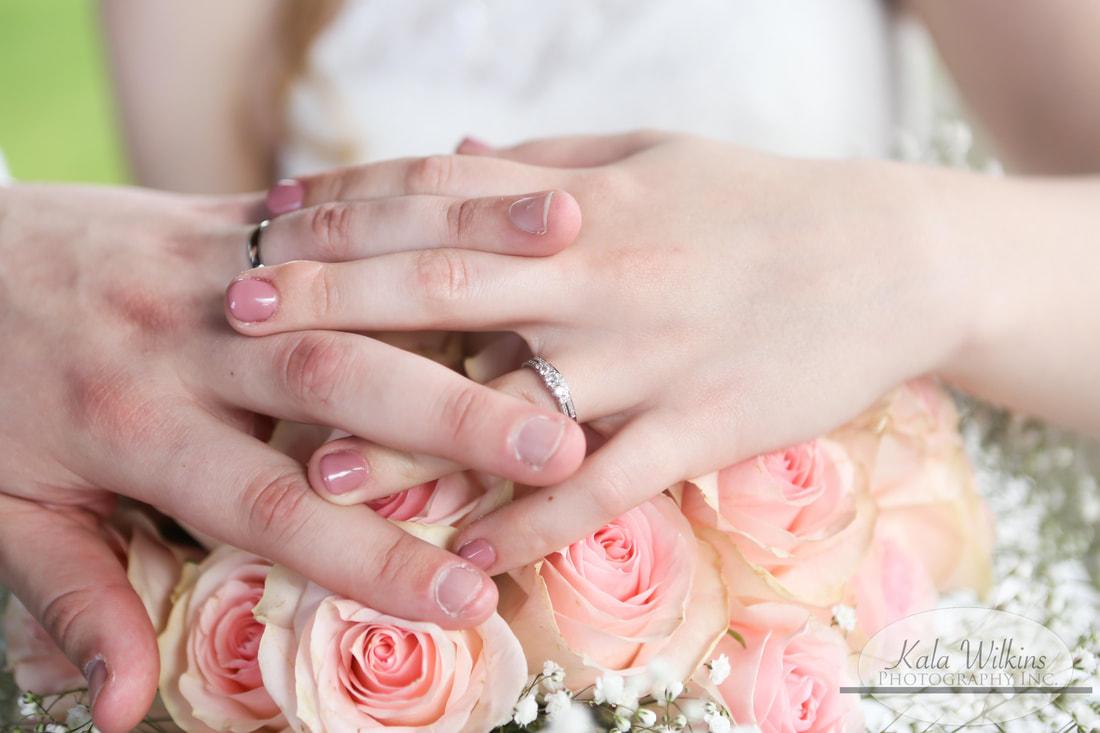 wedding rings & wedding bouquet