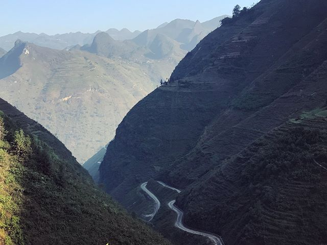 The roads around Hà Giang Province ✨ 🛣🏍 like this: ride over mountain pass with no edges ~1100 metres down in an isolated valley where people cultivate improbable rocky outcrops .. avoid rich tourists from across the border in convoys of Mercedes SUVs 🤣🧘♀️