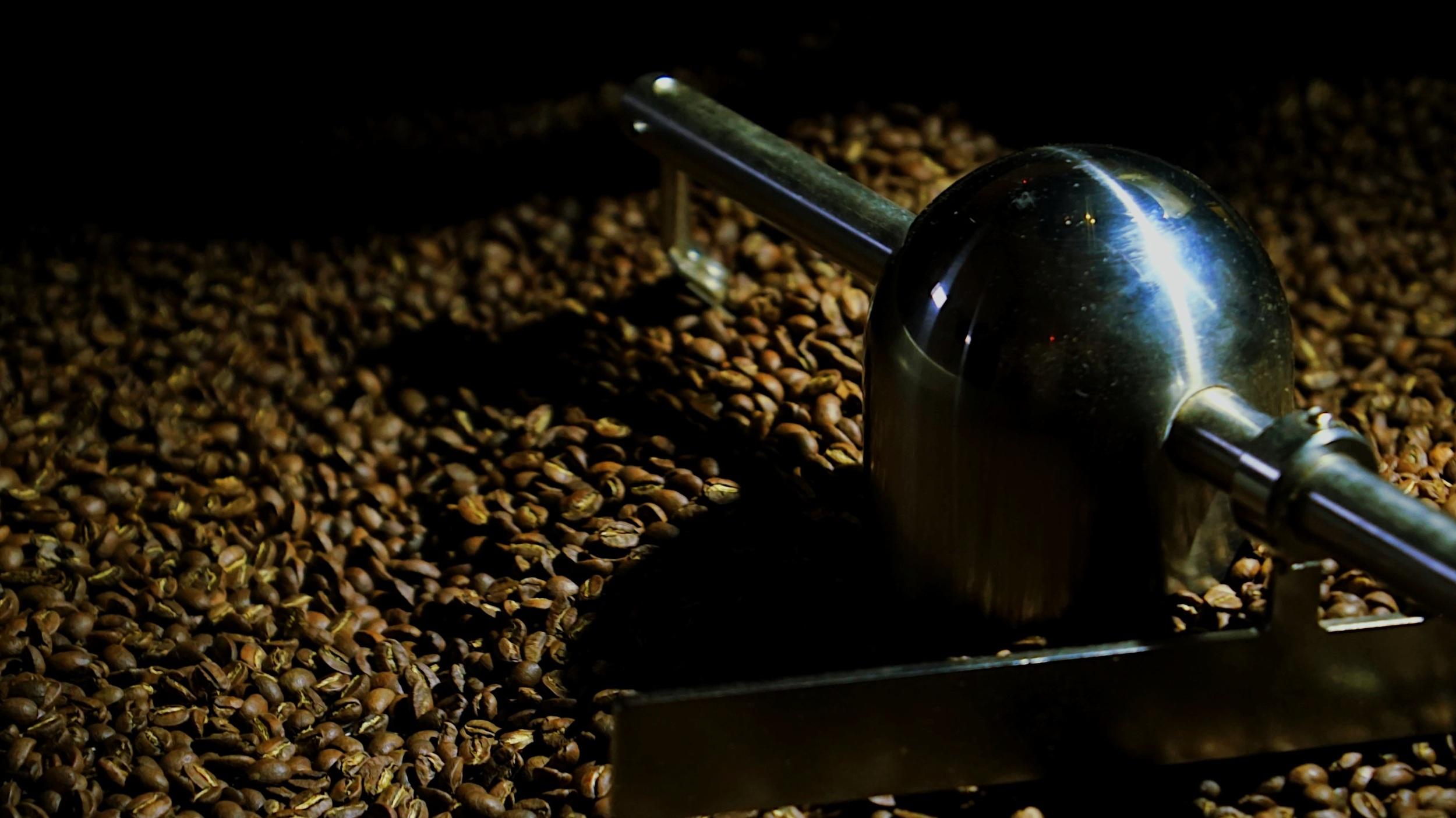 Torréfaction. - Nous torréfions nos cafés en suivant les meilleurs standards et pratiques de la torréfaction de café de spécialité. Nos cafés sont torréfiés en fonction de leur composition, terroir, traitement et des variétés afin de révéler les identités aromatiques qui leur sont propres. Nos cafés sont ensuite soumis à un suivi qualité strict afin de vous garantir un résultat en tasse toujours parfait. Nous torréfions nos cafés chaque semaine afin de vous garantir une fraîcheur maximale.
