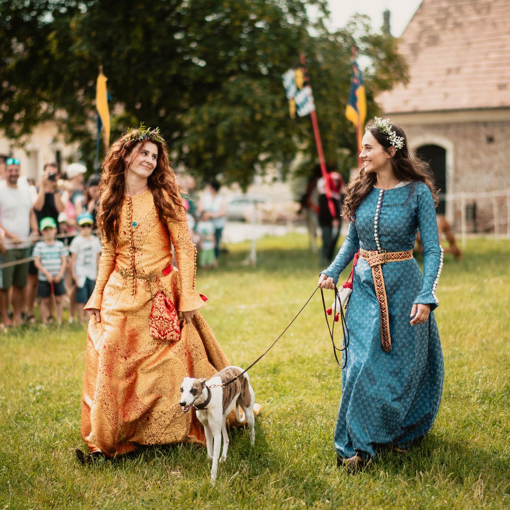 Kostýmy - Antické grécke a rímske kostýmyVikingské kostýmyStredoveké a renesančné kostýmy Kostýmy 17. storočieTematické a rozprávkové kostýmy Iné