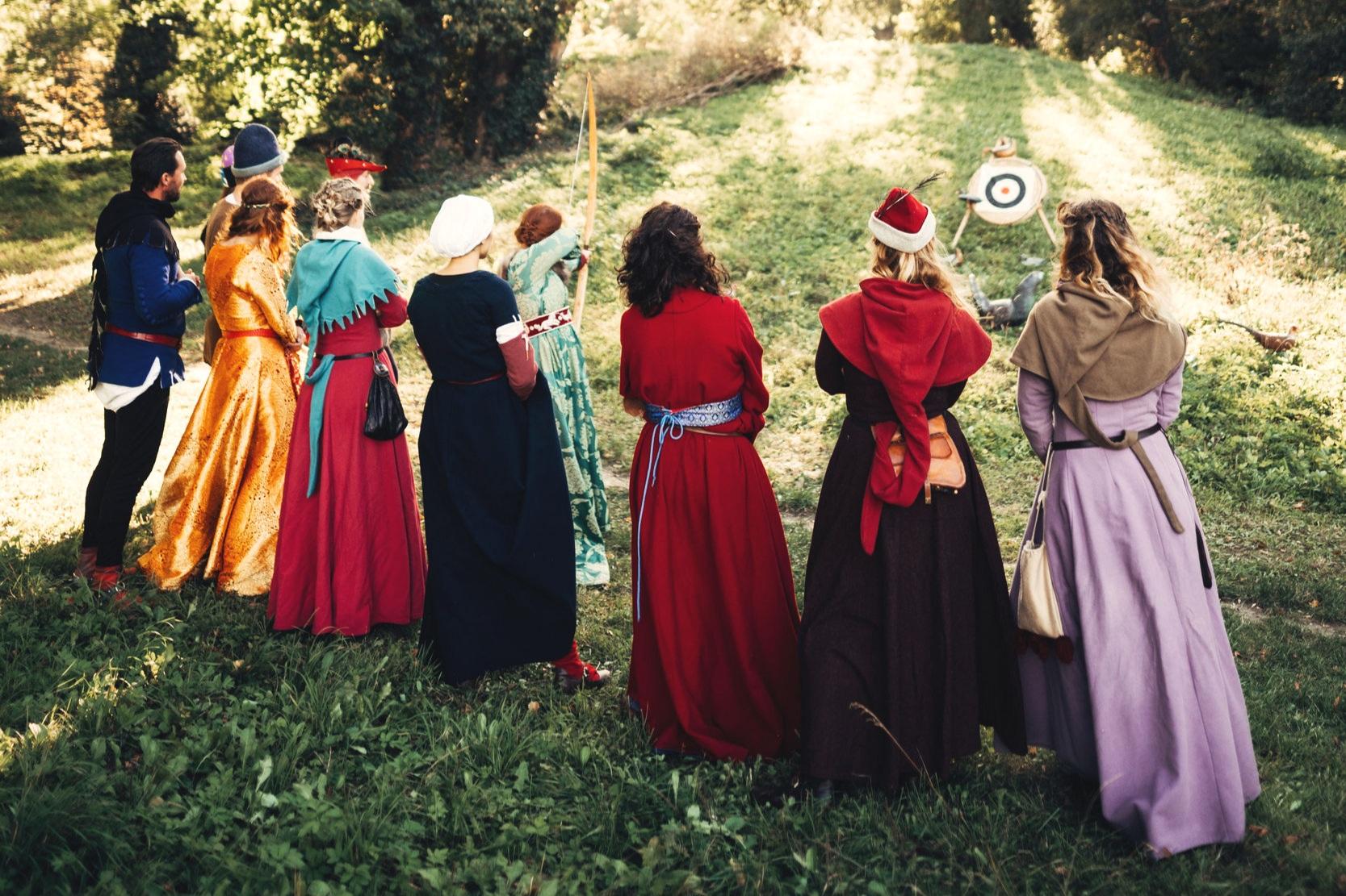 Módna prehliadka - Zažite s nami veľkolepú prehliadku prekrásnych dobových kostýmov, z rôznych časových období. Vtipne poňatá prehliadka vám predstaví sedliacke oblečenie, šľachtické a meštiacke odevy, prepychové róby kráľov a princezien. Zavedieme vás do sveta poľovníckej módy a chýbať nebude ani pikantná prehliadka spodného prádla. A to nielen ženského!Zabavte sa a poučte sa s nami. Pán Gucci by bol na nás pyšný.