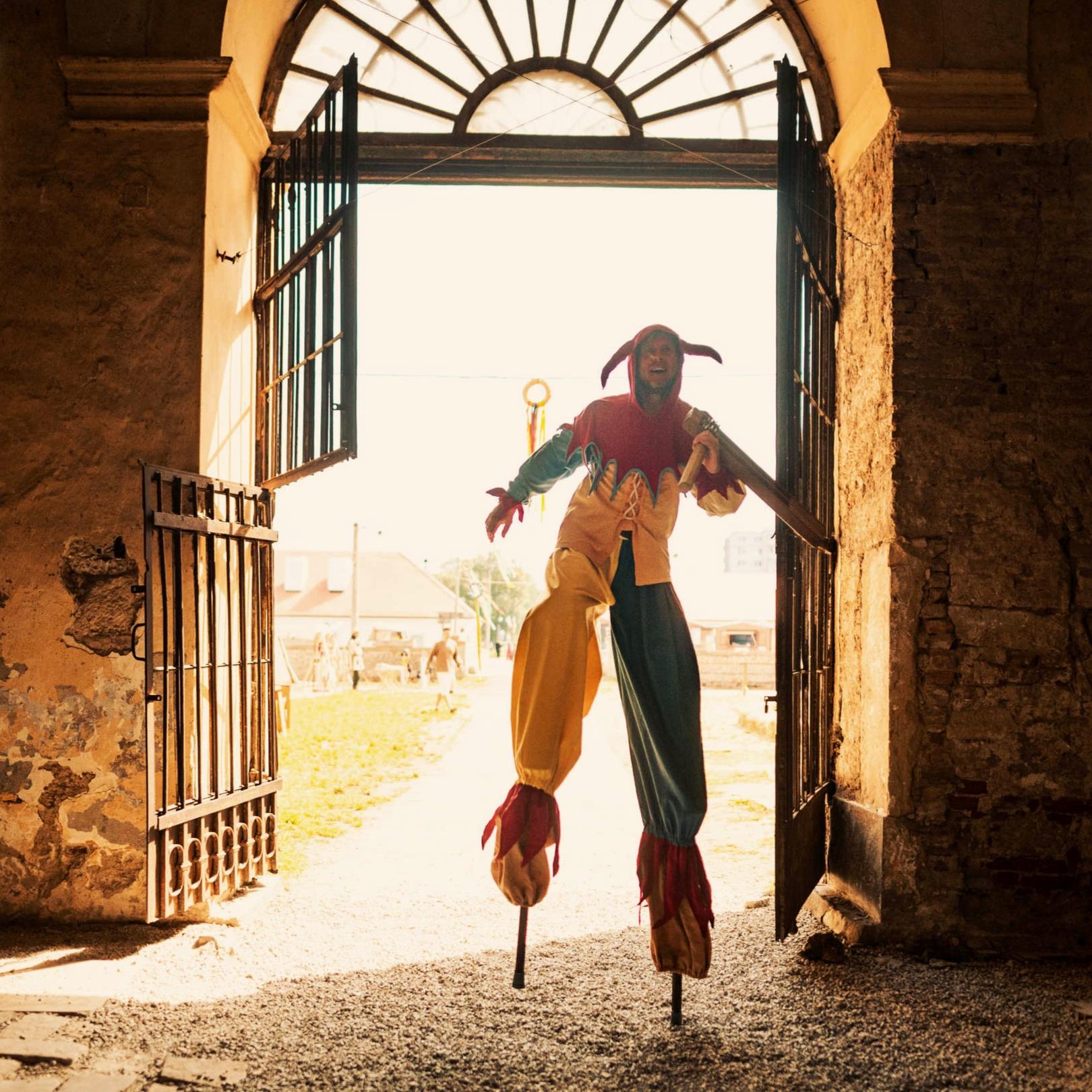 Akrobacia a kaukliari - Blázniví žongléri, odvážni akrobati, či komici na chodúľoch. Na našich vystúpeniach spolu s históriou ožíva aj dávne kaukliarske umenie.