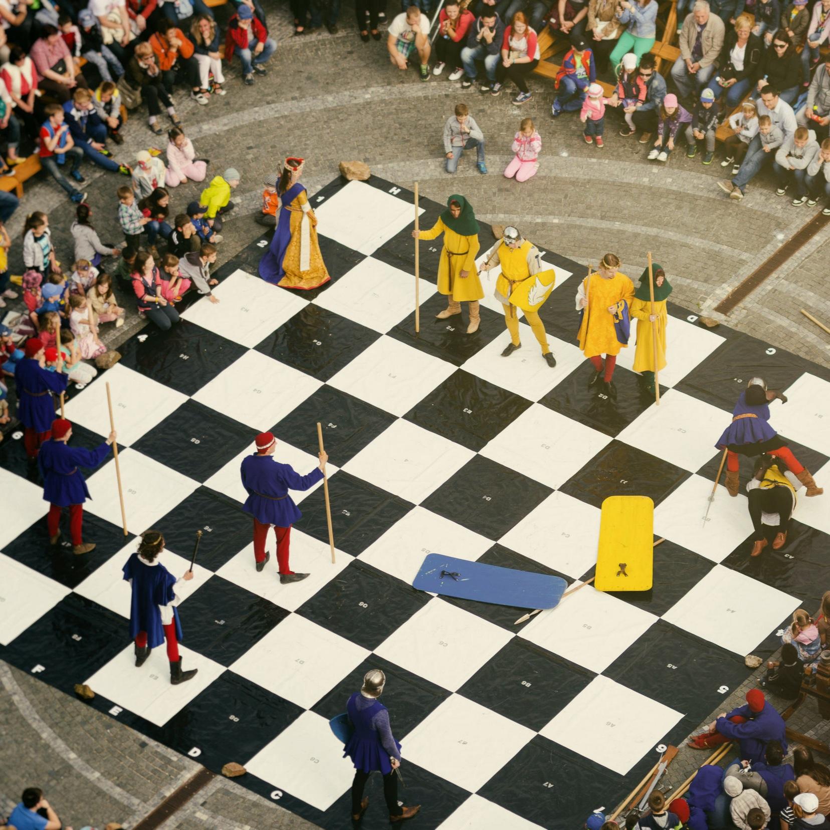 Živý šach - Dajte si s nami netradičnú partičku šachu. Kombinácia historického šermu a divadla v dobových kostýmoch prinesie nečakané zvraty.