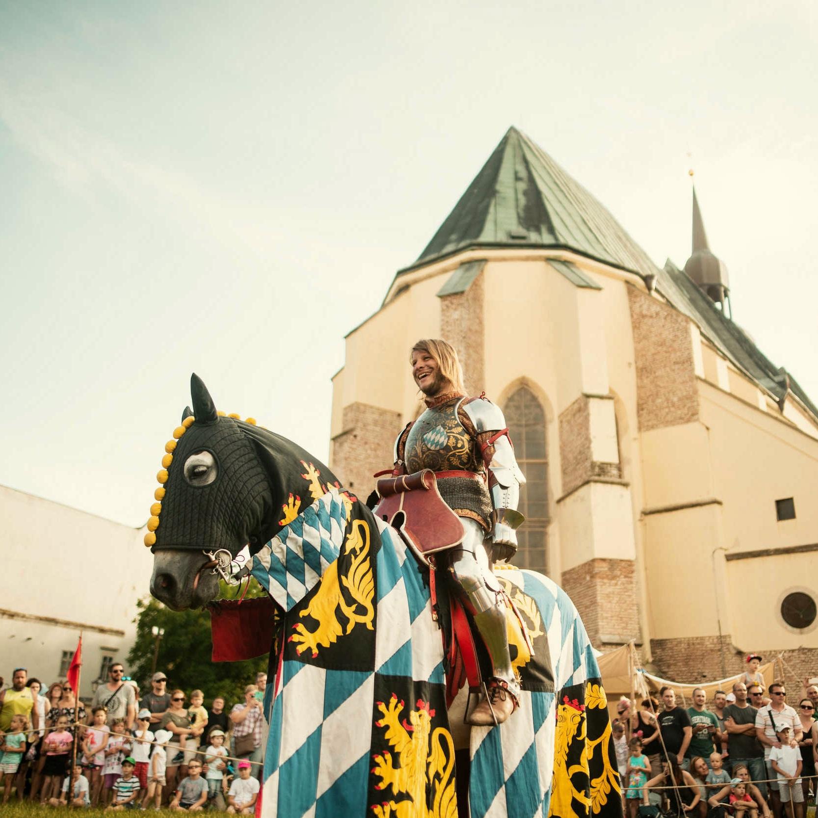 Mestské slávnosti - Dobový sprievod s historickými postavami, oslavy prvej písomnej zmienky obce alebo stredoveký deň detí? Oslovte nás!