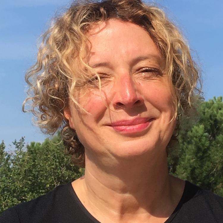 ANette Arhelger - Anette Arhelger studierte in Hamburg Musik, Germanistik und Erziehungswissenschaften. Seitdem leitet sie unterschiedlichste Chöre und beschäftigt sich weiterhin mit den Themen Gesang, Stimmbildung und Chormusik.Mit dem Schwerpunkt Chorleitung arbeitet sie als Oberstudienrätin am Albert-Schweitzer-Gymnasium.