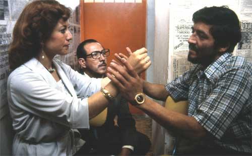 Tocando las manos de su intérprete