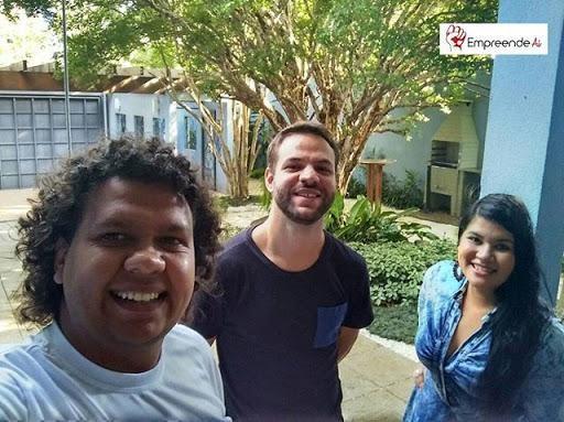 Da esq. para a dir.: Luis Coelho, co-fundador do Empreende Aí, Francisco Vicente, diretor de investimentos da Yunus Brasil e Jennifer Rodrigues, co-fundadora do Empreende Aí.