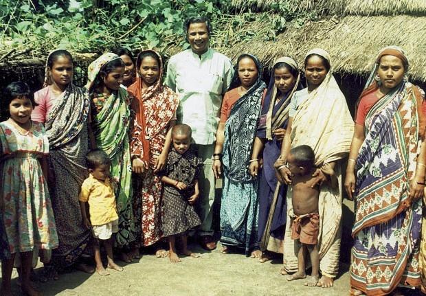 Professor Muhammad Yunus ao lado de mulheres beneficiadas com o microcrédito