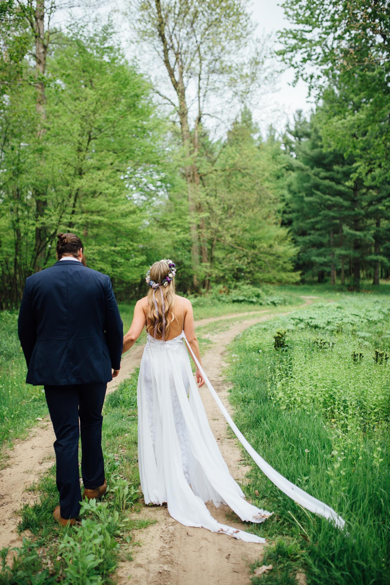 Outdoor wedding at Fernwood Hills in London, Ontario photographed by Sara Monika, Photographer.