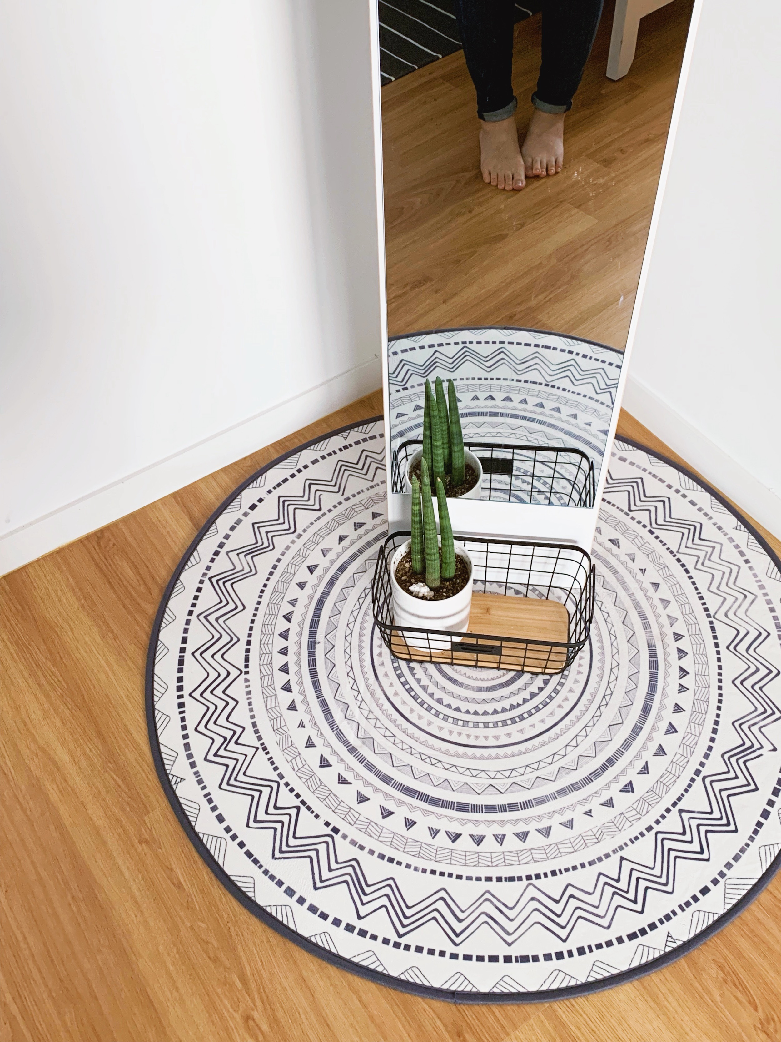 I am absolutely in love with that rug. There were so many plants in the flat as well.
