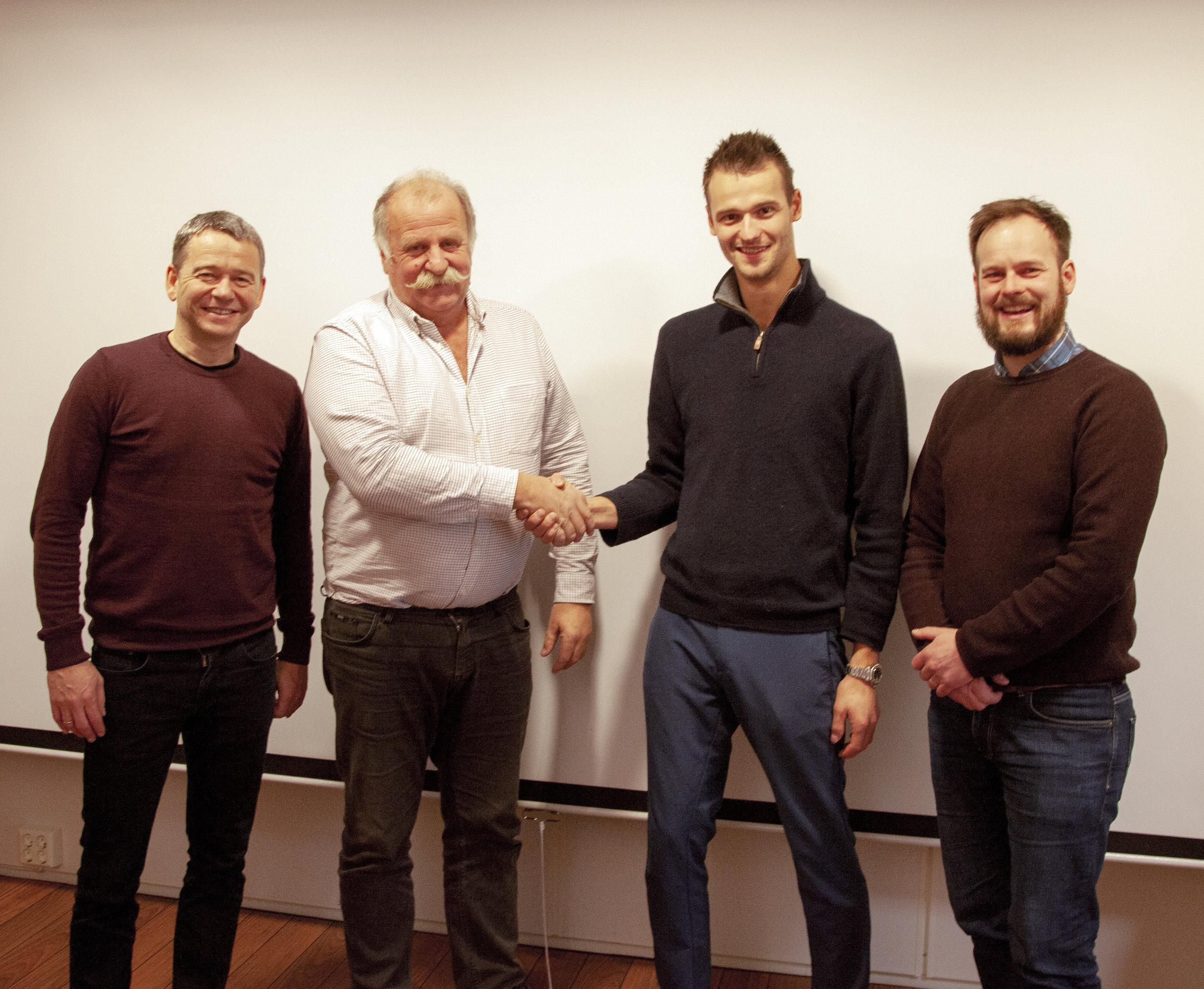Bildetekst: Fra venstre Klaus Kjerstad (Adm. Dir. ACEL), Kåre Høglund (Styreformann Høglund Gruppen), Kjell-Christian Krohn Dale (Styreformann HPS), Bengt-Olav Berntsen (Adm. Dir. HPS).