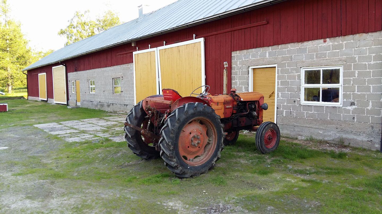 traktori navetan edessä.jpg