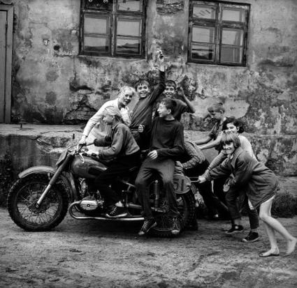 Junge Motorradfahrer, Klaipeda, 1974 (c) Antanas Sutkus.jpg