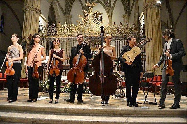 Hoy hace justo 5 años de esta foto y de este concierto que ofrecimos en Alcalá de Henares, donde interpretamos nuestra versión de las Cuatro Estaciones de Vivaldi.🎻🎶 También recordamos este día con cariño porque fue el primer concierto con nosotros de @lauradelgadoviolin y @carmenjimenez.violin 💙 #tb #ensemblepraeteritum #vivaldi #alcaladehenares