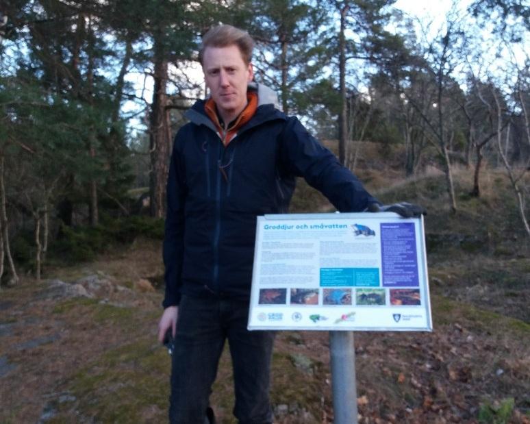 Oliver Karlöf från idrottsförvaltningen i Stockholms stad har satt upp ny fin groddammaskylt vid Långsjödammen och gjort samma sak vid Vårgårdadammen