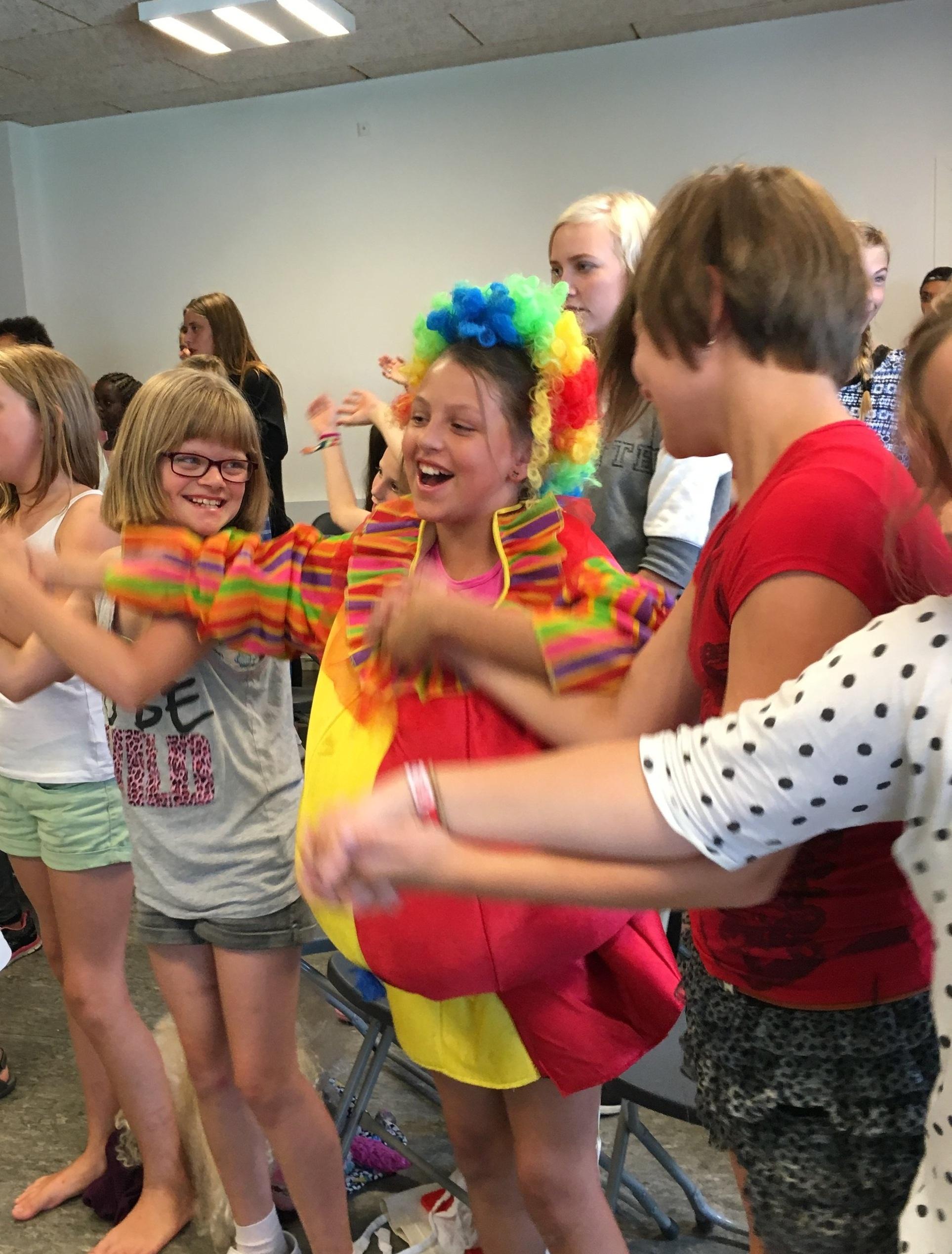 Vores mål - Vores mål er først og fremmest at præsentere den kristne tro for børn i Danmark. Vi lægger især vægt på at komme i kontakt med børn, som ikke er vant til at gå i kirke. Når troen begynder at spire frem i et barn, ønsker vi at give næring til denne tro og hjælpe med at få den til at vokse sig sund og stærk. Vi tror, at dette bedst sker i en lokal kirke, og derfor har vi også som formål at bygge bro mellem børn og kirke.Læs mere