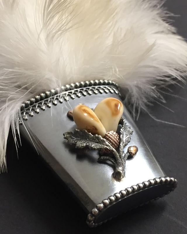 Die gekrümmten Stoßfedern des Birkhahnes sind eine begehrte Jagdtrophäe, die hier in einer schönen Altsilberfassung mit Grandl verziert am Hut getragen werden. #jewelery #tradation #accesories #style #crystals #instajewelery #jewelerygram #necklace #bracelet #ring #gold #handmadejewellery #handmade #IGjewelery #design #antiquity #pendolumclock #longcaseclock #jeweleryforsale #watchfam #watches #halsschließen #jagdschmuck #trauringe #trachtenschmuck #austrianblogger #goldsmith #kropfkette #grandln #trophy