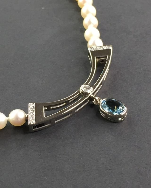 Der handgefertigte Zierteil mit verstecktem Verschluss für eine Perlenkette ist inspiriert vom Art déco Stil mit einem leuchtenden Aquamarinpendel. #jewelery #tradation #accesories #style #crystals #instajewelery #jewelerygram #necklace #bracelet #ring #gold #handmadejewellery #handmade #IGjewelery #design #antiquity #pendolumclock #longcaseclock #jeweleryforsale #watchfam #watches #halsschließen #jagdschmuck #trauringe #trachtenschmuck #austrianblogger #goldsmith #kropfkette #artdeco #aquamarin