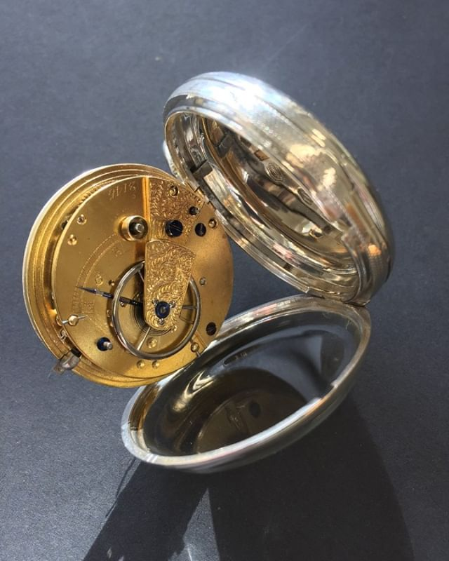 Diese antike Taschenuhr mit englischem Hakengang lässt jedes Uhrmacherherz höher schlagen. #jewelery #tradation #accesories #style #crystals #instajewelery #jewelerygram #necklace #bracelet #ring #gold #handmadejewellery #handmade #IGjewelery #design #antiquity #pendolumclock #longcaseclock #jeweleryforsale #watchfam #watches #halsschließen #jagdschmuck #trauringe #trachtenschmuck #austrianblogger #goldsmith #kropfkette #pocketwatch #balancewheel