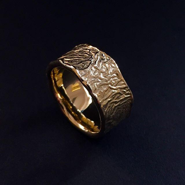 Durch Retikulieren entsteht die einzigartige Oberflächenstruktur dieses außergewöhnlichen Goldringes.  #jewelery #tradation #accesories #style #crystals #instajewelery #jewelerygram #necklace #bracelet #ring #gold #handmadejewellery #handmade #IGjewelery #design #antiquity #pendolumclock #longcaseclock #jeweleryforsale #watchfam #watches #halsschließen #jagdschmuck #trauringe #trachtenschmuck #austrianblogger #goldsmith #kropfkette #surfacetexture #favorite