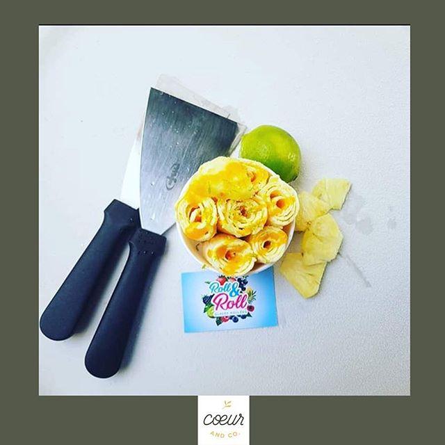 • Traiteur & délices • 🍦 Chez @coeurandco on adore manger et le concept @roll.and.roll.pau nous a tout de suite séduites 😍 Mais, c'est quoi les rouleaux glacés ? A base d'un mix (lait, crème, sucre), puis de fruits frais, de biscuits, ils sont réalisés devant vous à l'aide d'une planche réfrigérée et de deux spatules. Mélangés et roulés, ils sont servis dans un pot accompagnés d'un coulis, d'un biscuit et d'une chantilly maison pour les plus gourmands 😋 «C'est avec plaisir que nous vous ferons découvrir ce nouveau type de glace au travers de notre carte spécialement confectionnée avec des produits locaux. L'offre évoluera au gré des saisons afin de vous proposer toujours le meilleur dans la sélection des fruits. Pour les plus créatifs, ils auront le choix de faire leur composition eux-mêmes ! - Où trouver @roll.and.roll.pau ? -  Instagram : @roll.and.roll.pau -  Facebook : Roll&roll : les rouleaux glacés -  Au festival @coeurandco ce dimanche 24 mars 😍 - Pour toute question/suggestion/participation/partenariat/mot d'amour... ➡️ festival.coeurandco@gmail.com 😍 ~ #mariage #wedding #inspiration #inspirationmariage #mariageecolo #mariageecofriendly #mariagesudouest #paumaville #sudouest #love #mariage #salondumariagealternatif #salondumariage #green #mariage2019 #mariage2020 #ecolowedding #greenideas #coeurandco #futuremariee2020 #bridetobe2020 #landes #rollandroll #pau #icecream