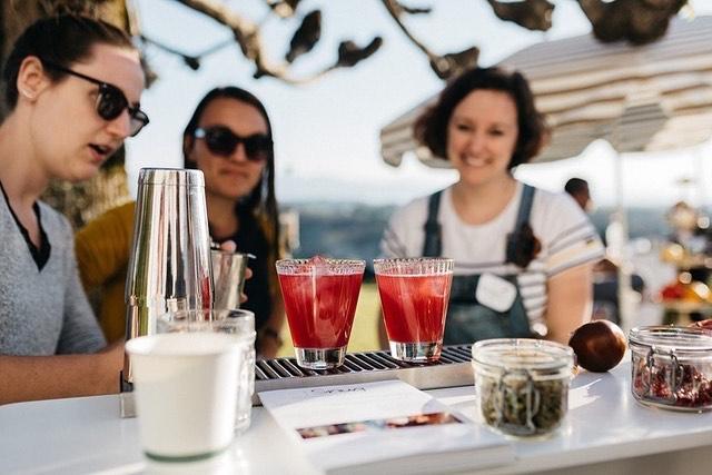 //Retour sur l'édition 2019// Le festival @coeurandco c'est aussi des ateliers ! Comme l'atelier COCKTAILS du @snugpau : et si vos invités apprenaient à concocter eux mêmes de délicieux cocktails? Ils peuvent aussi juste déguster les fantastiques créations de l'équipe du Snug, grâce à leur bar mobile! 📷 @emiliemaphoto
