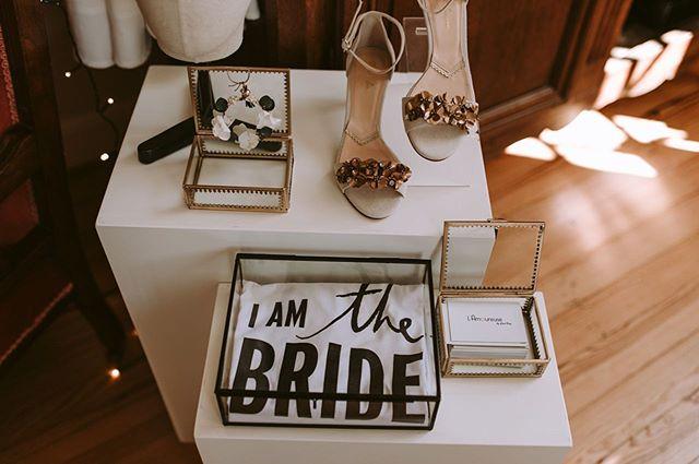 La jolie sélection d'accessoires par @lamoureusebcv Moderne, rock ou romantique, à chaque mariée sa petite touche qui lui correspond! . . . #robedemariee #futuremariee #bridetobe #mariage2020 #mariage2021 #festivaldemariage #mariagerock #mariageboheme #pau #tarbes #paysbasque #mariagenature