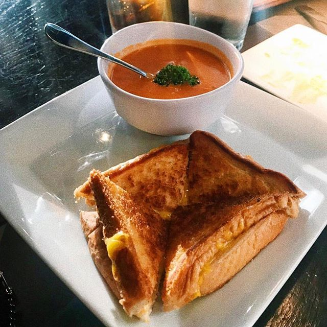 The gloomy weather was just begging for us to post this meal. 🍞🧀🥫 Did you notice our grilled cheese and tomato soup got a face lift?? 🍻Try it tonight alongside (extended) happy hour! $4 RBV, $4 Adios and $2 drafts open to close!  or 🚙➡️ order for deliver through @ubereats, @postmates or @grubhub! 📸: @kat_vs_food
